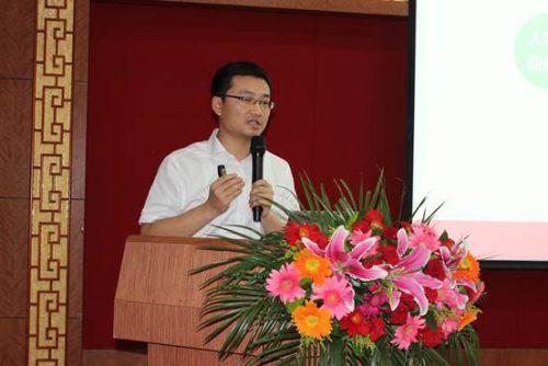 瑞普生物产品经理李向超先生做瑞普转移因子及其在白羽肉鸡临床应用的报告